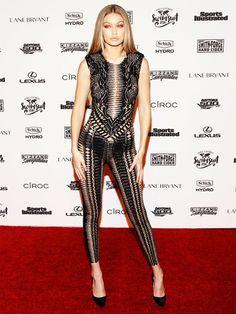 Gigi Hadid weiß, wie man sie in Szene setzt und lässt ihren schwarzen Schlüpfer unter einem hautengen Overall hervor blitzen.
