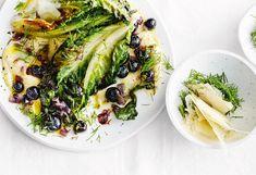 Parmesanpolenta mit gebratenen Salatherzen und Heidelbeeren