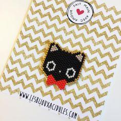 Petit chat inspiré par le personnage Chococat de Sanrio #brickstitch #miyukibeads #perles #handmade #tissagedeperles #jenfiledesperlesetjassume #kawaii #cat #lesbijouxacidules #motiflba #japanexpo