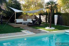 Un jardin contemporain: une piscine creusée, une allée pour se rendre sur le petit salon. Rien de mieux pour passer une belle journée. #jardin #piscine