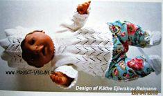 Baby born opskrifter 43 cm. Fiskehalemønster i bunden af denne bluse og i huen. den er hvid og der er sokker til