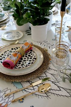 Eclectic Boho Glam Table Setting with Halsted Design - Swoon Worthy - Colourful boho glam table setting with plants and animal prints - Keramik Design, Table Setting Inspiration, Boho Home, Beautiful Table Settings, Sewing Table, Deco Table, Eclectic Decor, Dinner Table, Boho Decor