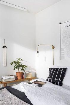 Stilvoll eingerichtetes, helles Schlafzimmer