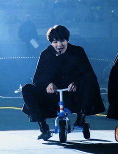 Yoongi and his small legs meanwhile Taehyung next to him was struggling Bts Suga, Suga Gif, Min Yoongi Bts, Bts Bangtan Boy, Namjoon, Taehyung, Foto Bts, Bts Photo, Bts Memes