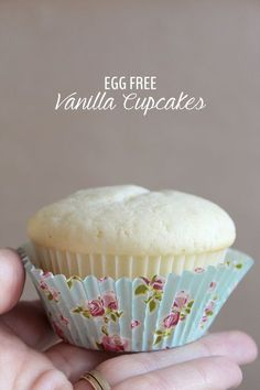 Eggless White Vanilla Cupcake These egg free vanilla cupcakes are super moist and fluffy. They're even better than cupcakes with eggs. This is a perfect eggless cake recipe for those with egg allergies or with food restrictions. Egg Free Desserts, Eggless Desserts, Eggless Recipes, Eggless Baking, Egg Free Recipes, Allergy Free Recipes, Cupcake Recipes, Baby Food Recipes, Dessert Recipes
