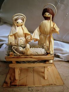 This is the cornhusk set that I use at the center of out family Advent Wreath. Diy Nativity, Christmas Nativity, Christmas Wood, Christmas Crafts, Christmas Ornaments, Corn Husk Crafts, Corn Husk Dolls, Handmade Christmas Decorations, Diy Arts And Crafts