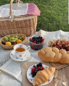 Picnic Date Food, Picnic Time, Summer Picnic, Picnic Ideas, Beach Picnic Foods, Healthy Picnic Foods, Picnic Photography, Picnic Birthday, 35th Birthday