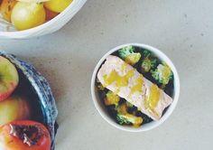 Salmão e bróculos ao vapor com molho de gema #receitas #caseiras #IG #legumes #vegetais #peixe #principais #semhidratos #paralevar #almoço