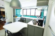 Projeto: Arquiteta Taina Tikkanen - Colaboração : Arqª Marcela Turibio Fotos: Irit Tommasini Marcenaria:BRASMAR #cozinha #armários #mesa #luminária #pendente