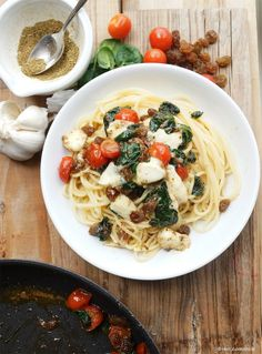 Spaghetti Filippe mit Spinat, Tomaten, Mozzarella, Sultaninen und Kreuzkümmel
