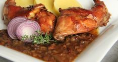 Na přípravu budete potřebovat: 1 naporcovaný králík 4 velké cibule ( použila jsem červené) 150g slaniny 250ml kvalitního červené...
