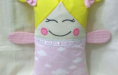 Naninha Menina no Elo7 | VIVENDO COM ARTE (D48A60) Fabric Dolls, Sewing Projects, Toys, Handmade Rag Dolls, Doll Crafts, Crafts For Children, Child Sleep, Baby Pillows, Personalized Tote Bags