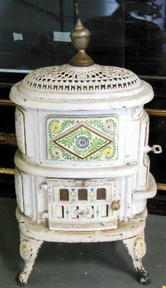 Victorian wood burning stove for the bathroom How To Antique Wood, Old Wood, Stove Heater, Wood Stove Cooking, Old Stove, Cast Iron Stove, Antique Stove, Vintage Stoves, Vintage Appliances