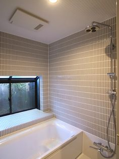 Bathtub Refinishing and Reglazing - Easy DIY Guide Built In Bathtub, Old Bathtub, Cast Iron Bathtub, Corner Bathtub, Couples Bathtub, Bathtub Pictures, Very Small Bathroom, Large Tub, Bathtub Remodel