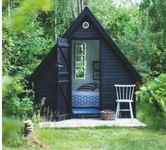 A tiny guest room A-frame painted black,   #tiny houses #country #guesthouse