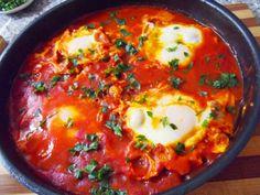 """""""Shakshouka""""ouă poşate într-un sos de roşii"""