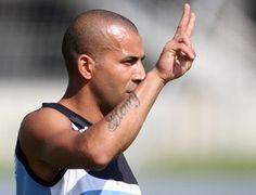 SHEIK PRONTO PRA ESTREAR...SÓ FALTA A REGULARIZAÇÃO!  Assim como na última quinta-feira, Mancini formou o ataque com Zeballos e Emerson, deixando Wallyson e Ferreyra entre os reservas....  http://botafogodeprimeira.blogspot.com.br/2014/04/com-gol-de-sheik-mancini-comanda-treino.html  BotafogoDePrimeira: Com gol de Sheik, Mancini comanda   treino e manté...