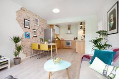 Apartamentos pequenos com paredes de tijolinho aparente costumam ser uma ótima combinação. Assim, quando nos deparamos com um projeto e interiores tão bem