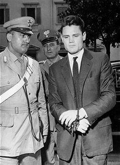 - , Jazzmusiker, USA, wird von einem italienischen Polizisten in Handschellen zu einem Gerichtstermin geführt (Rauschgift-Anklage)., - September 1961