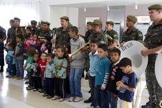 As crianças e a banda.