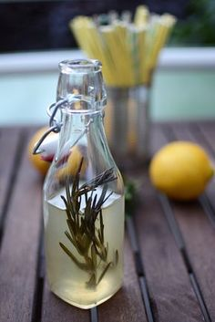 Drink: Selbstgemachter Zitronen-Rosmarin-Sirup. Super einfach und super lecker!