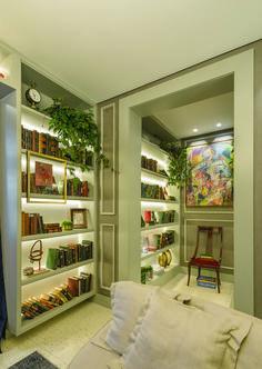 • Projeto: Cristina da Luz • Produtos Stella: Square Angle MR11 40° (STH8965BR), Mini Dicroica 3W (STH8513/30), Fita EVO 12V 6W/m (STH6800/27) e Fonte 12V 40W (STH6892). Stella, Evo, Bookcase, Corner, Shelves, Closet, Home Decor, Line, Shelving