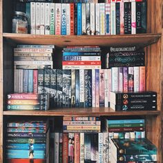 """2,756 Me gusta, 29 comentarios -  K A R M E N (@readingoncloud9) en Instagram: """"I finally cleaned up this shelf so here's a partial shelfie. See any of your faves?  