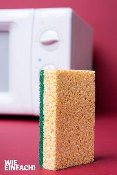 In Spülschwämmen sammeln sich in kürzester Zeit fiese Keime. Um diese wieder loszuwerden, reicht es, den nassen Schwamm für 2 Minuten bei voller Leistung in die Mikrowelle zu legen. Die Strahlen töten 99 Prozent der Keime ab. Haus- und Spülschwämme sollten etwa jeden zweiten Tag in die Mikrowelle gelegt werden! ACHTUNG: Wichtig ist dabei, dass der Spülschwamm ordentlich feucht und nicht metallhaltig ist - sonst droht Feuergefahr!!! Foto: Torsten Kollmer