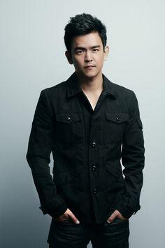 John Cho: looking good... I must admit.. hot asian men make my heart skip a beat. *sigh*