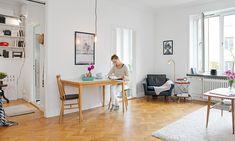 【14 坪小資女單身公寓】小資女在外租屋大概會遇到兩種狀況,房租便宜不附家具 (或是家具超舊),房租稍貴有裝潢 (家具可能是裝潢木作)。假如你的狀況是租空屋,又想好好打理一下,我們建議有 3 個東西妳不能馬虎:沙發、餐桌、寢具,瑞典房仲 Alvhem 在這間 14 坪的單身公寓為我們做了不錯的示範。