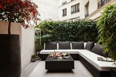Outdoor Living Modern black and white sitting area