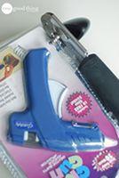 Wil je een plastic cadeautje openen zonder de gebruiksaanwijzing aan stukken te knippen? Gebruik dan de blikopener langs het randje! Zo kunnen ook kleine kinderen veilig hun eigen pakje openmaken.