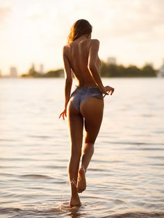 Sexy girl playing in the water #fitspo #fitspiration #fitisthenewthin