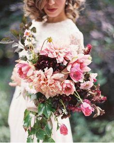 Ayudando a una de nuestras novias a escoger su ramo  Éste, con una paleta de tonos rosados, nos ha conquistado! Vía @stylemepretty