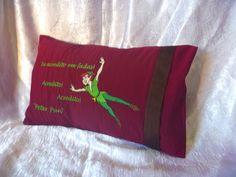 Almofada Livre Expressão 20x30 cm bordada confeccionada em tecido 100% poliéster. <br>Com enchimento de almofada branca com fibra sintética, capa bordada removível para lavagem com acabamento tipo envelope. <br> <br>aceito encomendas <br>Prazo para confecção 10 dias úteis