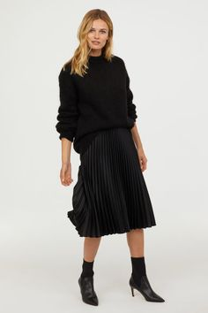 Classic Outfits for Ladies Black Pleated Skirt Outfit, Midi Skirt Outfit, Pencil Skirt Outfits, Winter Skirt Outfit, Casual Skirt Outfits, Pleated Midi Skirt, Calf Length Skirts, Classic Outfits, Trends