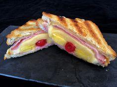 Ein Klassiker der deutschen Küche seit den 50er Jahren ist Toast Hawaii. Heute gibt es den Klassiker vom Rost als Grilled Hawaii Toast