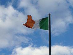 Irlanda...el verde representa a su pueblo catolico, el naranja a los protestantes del Norte y el blanco el deseo de paz entre ambas comunidades.