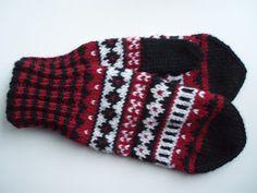 Punamustavalkoiset kirjoneulelapaset on tehty 7 Veljestä -langasta, koko on naisten. Puikot nro 3,5 ja 4 tai käsialan mukaan.  Tarvikke... Wool Socks, Knit Mittens, Knitted Gloves, Knitting Socks, Fingerless Gloves, Drops Design, Baby Booties, Knit Crochet, Knitting Patterns