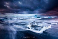 """""""Contrastes"""" www.erwanleroux.bzh  L'Islande ... """"pays de contrastes"""" où les 4 éléments : la terre, l'eau, l'air, le feu s'affrontent perpétuellement et dans la plus parfaite ... """"harmonie"""" ! ... et pour notre plus grand plaisir :)  N'hésitez pas à partager si vous aimez ;)  Bonne fin de semaine à tous !  #erwanleroux #photographe #iceland #islande #niceland #jokulsarlon #nikon #sirui"""