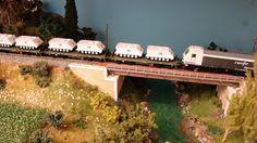 """Tren militar. Escala H0.  Locomotora diesel 333 RENFE Mercancías a la cabeza de un transporte militar compuesto de vagones plataforma tipo Rmms PMM con vehículos TOAs  """"UN"""". Escala H0."""