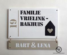 Naambord dat uit te breiden is met losse naambordjes, handig en voordelig als je nog gezinsuitbreiding verwacht.