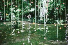 A cortina de fita a gente já viu aqui  - e, diga-se, caímos de amores. As flores suspensas também estão na moda e deixam tudo mega delicado....