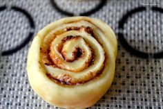 """""""Kanelbullar"""" ~ Brioches suédoises à la cannelle. Cinnamon Swedish rolls. http://pourquoi-je-grossis.blogspot.fr/2014/10/kanelbullar-brioches-suedoises-la.html"""