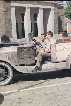 College men in their car, Chapel Hill, North Carolina (University of North Caroina). Colorized by Steve Smith. #cars #jalopy #colleges #northcarolina #boys #men #students