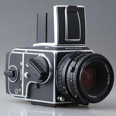 HASSELBLAD 501CM** ดีที่สุดในรุ่น.. ไม่มีดีกว่านี้อีกแล้วครับ.. Camera Art, Film Camera, Camera Lens, Digital Camera, Old Cameras, Vintage Cameras, Medium Format Photography, Photo Lens, Medium Format Camera