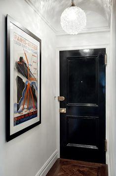 Una de muchos estilos y una sola firma: Pappas Miron Black Front Doors, Interior Design Portfolios, Makeup Rooms, Entry Hall, Modern Spaces, Interiores Design, Contemporary Furniture, Room Inspiration, Living Spaces