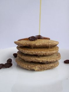 oatmeal raisin cookie pancakes that taste like dessert for breakfast but are healthy, #vegan and #gf!