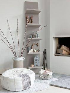 Nos encanta esta tipo de estanterías tipo tablero de madera con varios estantes para decorar y poner orden.