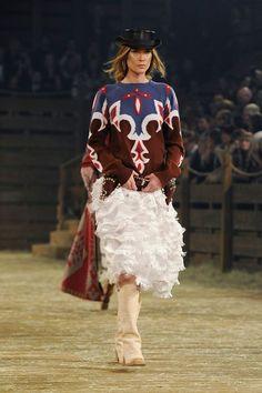 Défilé Chanel Métiers d'Art Paris-Dallas 2013-2014 Erin Wasson - EN IMAGES. Caroline de Maigret clôt le défilé Chanel à Dallas en Indienne - L'EXPRESS